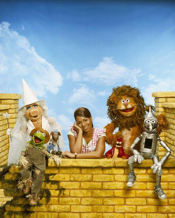 Eines Tages wird das junge Mädchen Dorothy Gale (Ashanti) von einem Tornado erfasst und ins ferne Land Oz gewirbelt. Dort trifft sie auf Munchkins (... - Bildquelle: The Muppets Holding Company, LLC. MUPPETS characters and elements are trademarks of the Muppet Holding Company, LLC.  All rights reserved