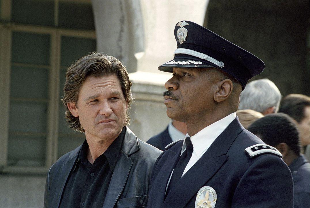 Im Kampf gegen das Verbrechen überschreitet Perry (Kurt Russel, l.) immer häufiger die Grenzen des Erlaubten und übt oftmals Selbstjustiz. Dies ist... - Bildquelle: Tobis Film