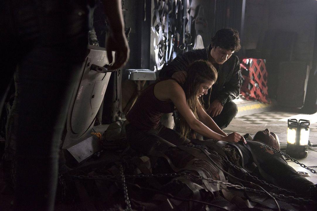 Octavia (Marie Avgeropoulos, l.) und Bellamy (Bob Morley, M.) entdecken dank Lincoln (Ricky Whittle, r.), zu welchen unglaublichen Mitteln die Mount... - Bildquelle: 2014 Warner Brothers
