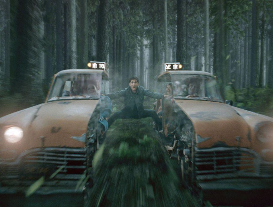 Taxifahrt mal ganz anders: Percy Jackson (Logan Lerman) ... - Bildquelle: 2013 Twentieth Century Fox Film Corporation.  All rights reserved.
