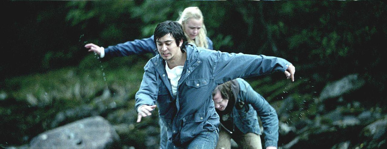 Auf der Flucht vor einem gnadenlosen Mörder: Magnus (Pal Stokka, l.), Anders (Kim S. Falck-Jørgensen, M.) und Hedda (Ida Marie Bakkerud, r.) ...