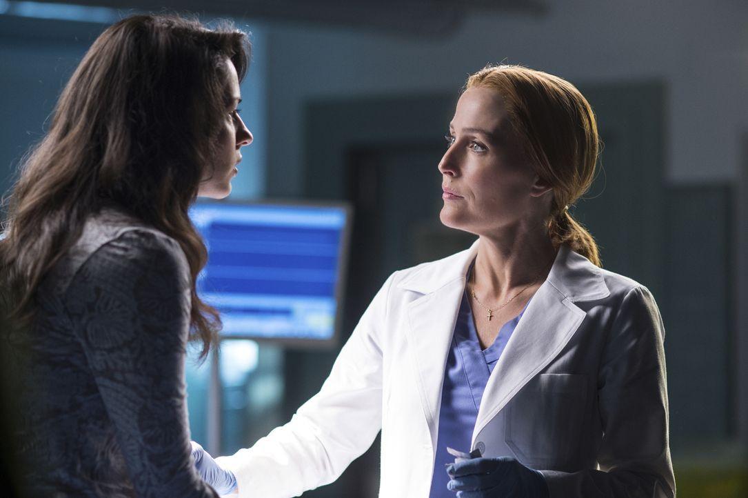 Während Scully (Gillian Anderson, r.) mit Sveta (Annet Mahendru, l.) einige Experimente durchführt, erhält Mulder an einem geheimnisvollen Ort Infor... - Bildquelle: Ed Araquel 2016 Fox and its related entities.  All rights reserved.