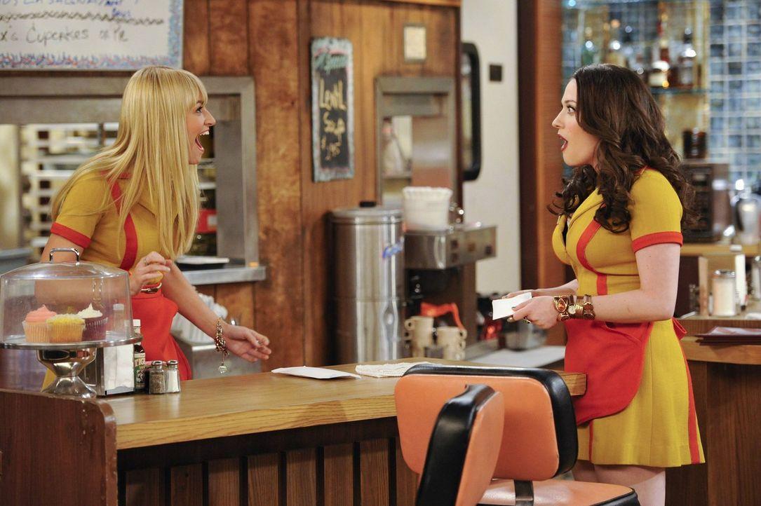 Für Max (Kat Dennings, r.) bricht eine Welt zusammen, als sie erfährt, was Caroline (Beth Behrs, l.) mit ihrer Bettwäsche angestellt hat ... - Bildquelle: Warner Brothers