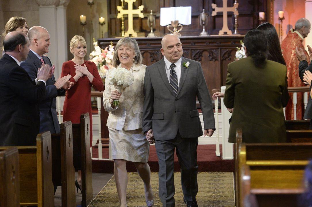 Als Marjorie (Mimi Kennedy, M.l.) Christy (Anna Faris, 3.v.l.) erzählt, dass sie und Victor (Jonny Coyne, M.r.) heiraten möchten, setzt Christy alle... - Bildquelle: 2015 Warner Bros. Entertainment, Inc.