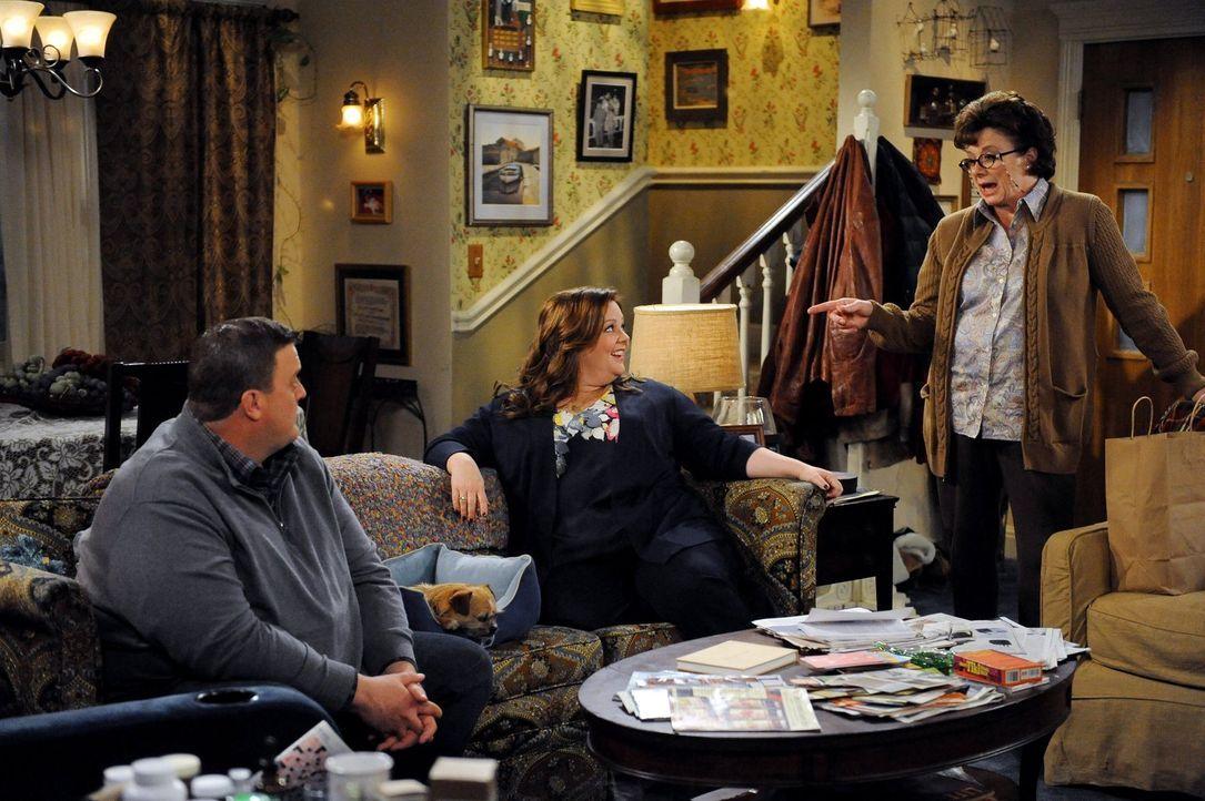 Als Peggy (Rondi Reed, r.) mit ihrer Kirchengemeinde verreist, lässt sie ihren Hund Jim bei Mike (Billy Gardell, l.) und Molly (Melissa McCarthy, M.... - Bildquelle: Warner Brothers