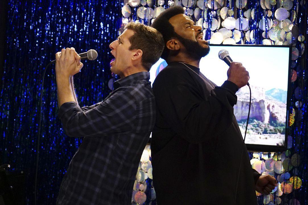 Jake Peralta (Andy Samberg, l.); Doug Judy (Craig Robinson, r.) - Bildquelle: Jordin Althaus 2018 UNIVERSAL TELEVISON LLC. All rights reserved. / Jordin Althaus