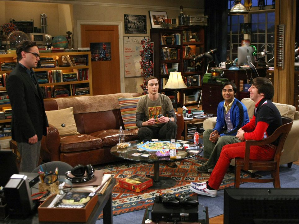 Sheldon (Jim Parsons, 2.v.l.), Rajesh (Kunal Nayyar, 2.v.r.) und Howard (Simon Helberg, r.) sind total geschockt, als Leonard (Johnny Galecki, l.) P... - Bildquelle: Warner Bros. Television