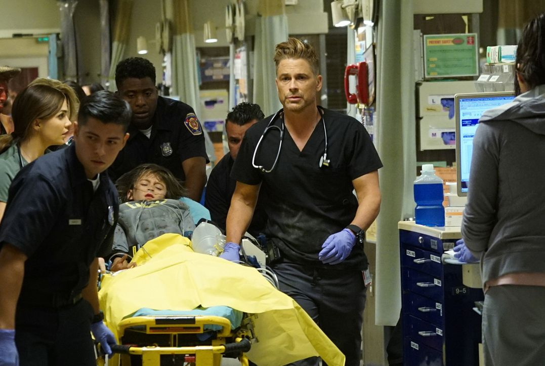 Willis (Rob Lowe, r.) eilt zur Hilfe, als bei einer Halloween-Party Feuer ausbricht. Unterdessen geht es in der Notaufnahme hoch her, denn nicht nur... - Bildquelle: Monty Brinton 2015 ABC Studios