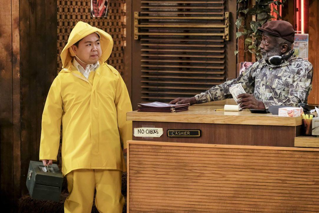 Während Han (Matthew Moy, l.) sich auf ein angeblich bevorstehendes Unwetter vorbereitet, glaubt Earl (Garrett Morris, r.) noch nicht an ein Unglück... - Bildquelle: Warner Bros. Television