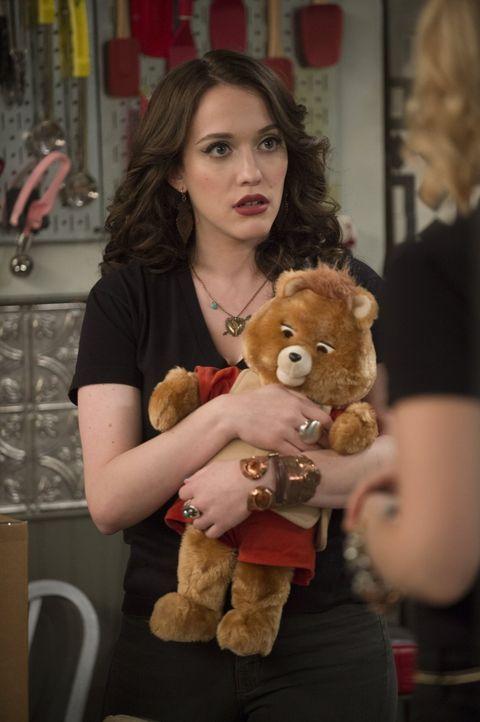 Als Max (Kat Dennings) ein Geschenk von ihrer Mutter bekommt, ist sie erst einmal vollkommen überrumpelt ... - Bildquelle: Warner Bros. Television