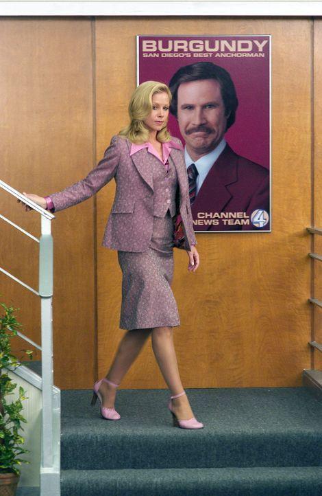 Als die Frauenbewegung in Person Veronica Corningstones (Christina Applegate) ins Nachrichtenstudio marschiert, ist Burgundy durchaus bereit, mitzus... - Bildquelle: Michaels Darren DreamWorks