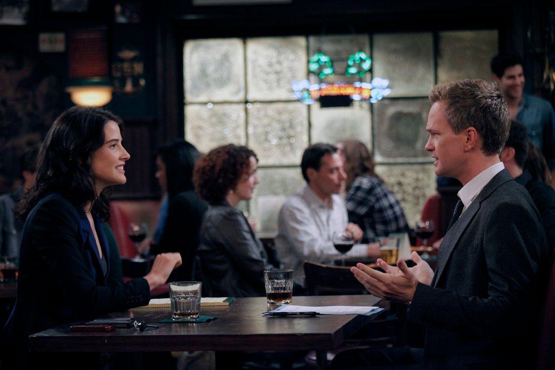Während Lily und Ted in einen Streit geraten, hilft Robin (Cobie Smulders, l.) Barney (Neil Patrick Harris, r.) dabei, seine Rückkehr auf die Strip... - Bildquelle: 2012 Twentieth Century Fox Film Corporation. All rights reserved.