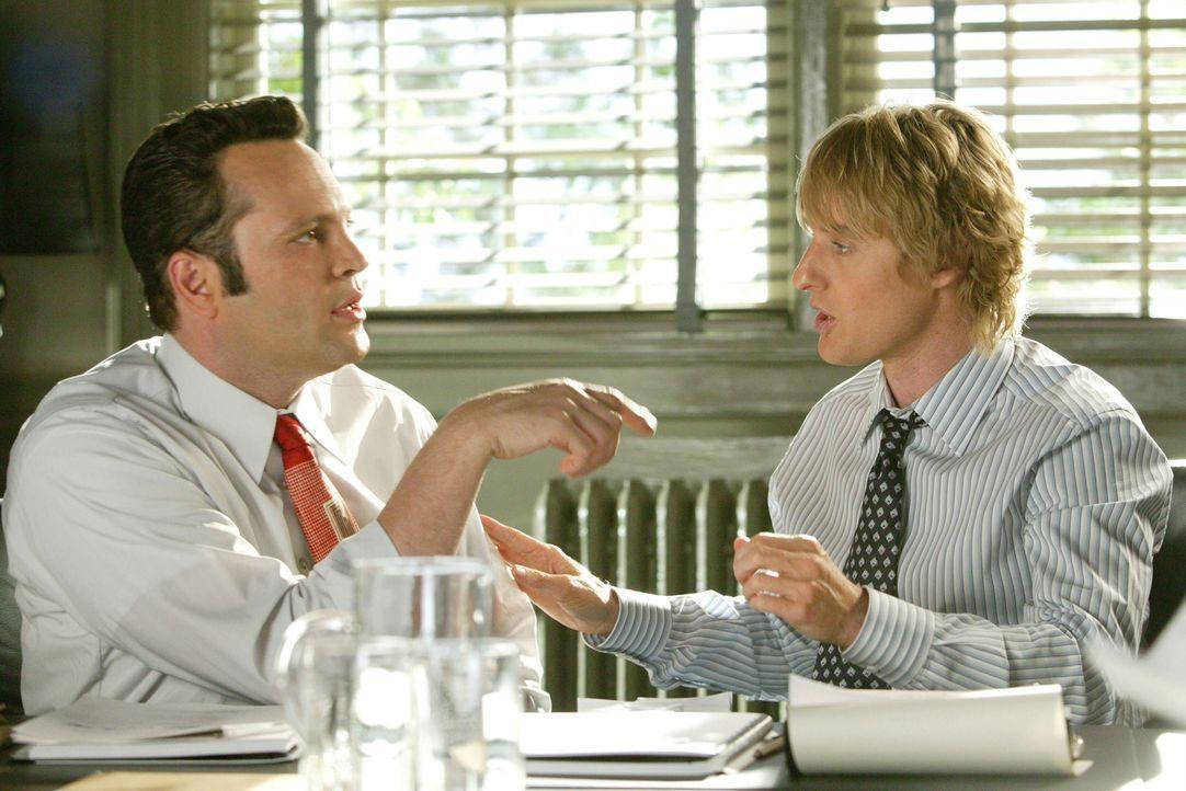 Die beiden Hallodris John (Owen Wilson, r.) und Jeremy (Vince Vaughn, l.) schmuggeln sich häufig bei Hochzeitsfeiern wildfremder Leute ein, um dort... - Bildquelle: Warner Bros. Television
