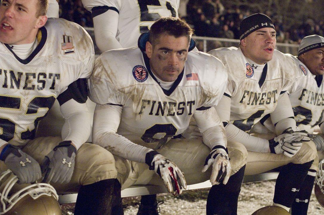 Während eines Footballspiels zwischen einer Polizei- und Feuerwehrmannschaft, an dem auch Mitglieder der Familie Tierney (Colin Farrell, M.) teilne... - Bildquelle: 2008   Warner Brothers