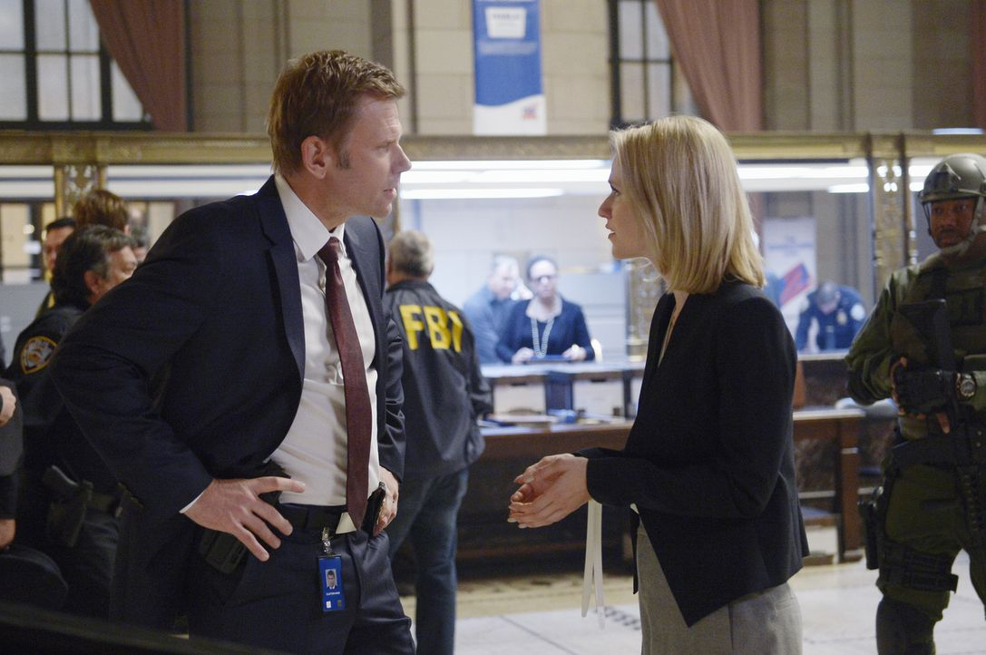 Glaubt, dass Shelby (Johanna Braddy, r.) nur eine Affäre mit ihm begonnen habe, um Alex nach dem Anschlag freizuboxen: Clayton (Mark Pellegrino, l.)... - Bildquelle: Philippe Bosse 2015 ABC Studios