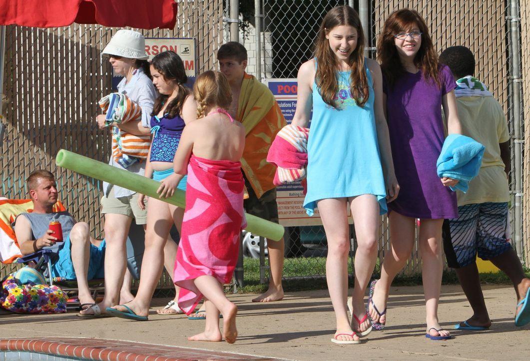 Sie ist mit ihrer Freundin Carly (Blaine Saunders, vorne r.) im Schwimmbad unterwegs, doch im Badeanzug will sich Sue (Eden Sher, vorne l.) auf kein... - Bildquelle: Warner Brothers