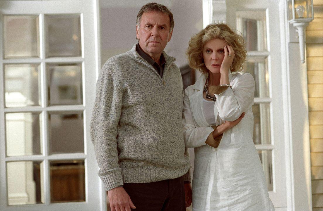 Steven (Tom Wilkinson, l.) und seine Frau Anna (Blythe Danner, r.) machen sich Sorgen um ihre unglückliche Tochter. Diese ist schwanger und weiß nic... - Bildquelle: DreamWorks Pictures