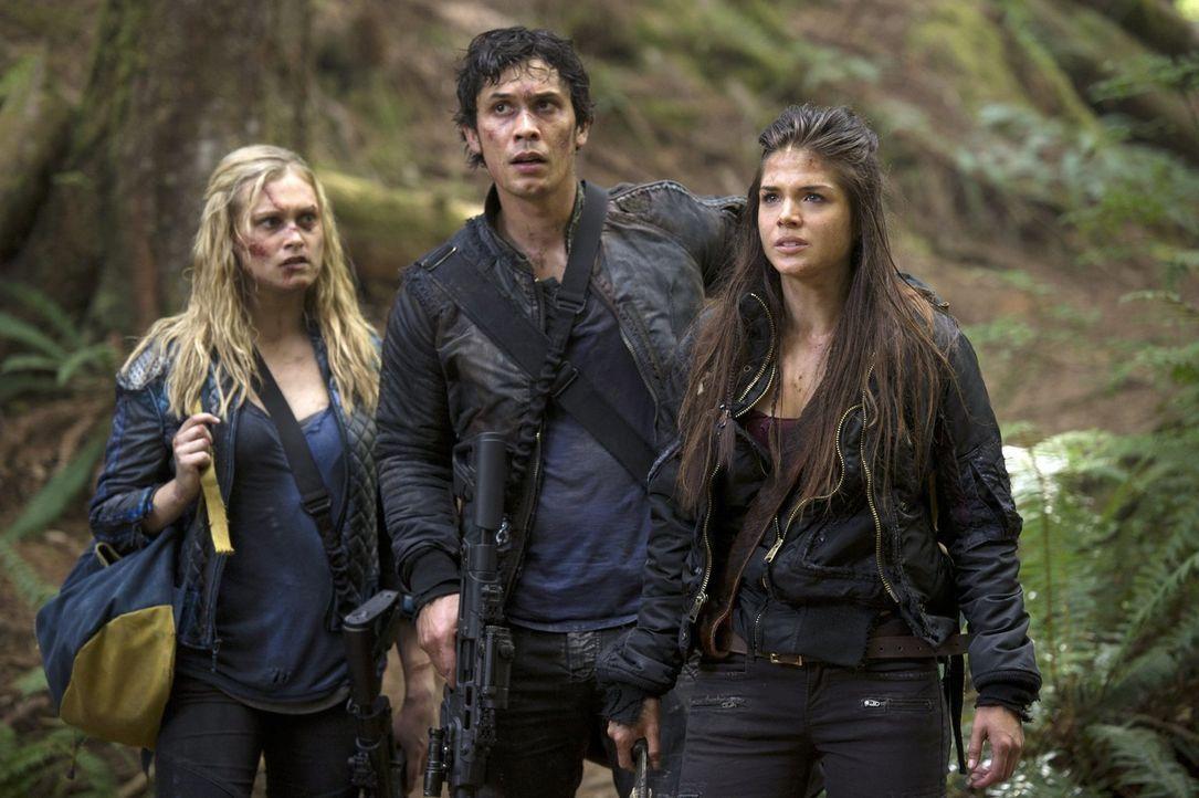 Clarke (Eliza Taylor, l.), Bellamy (Bob Morley, M.) und Octavia (Marie Avgeropoulos, r.) hoffen, dass sie Finn und Murphy finden, bevor diese bei de... - Bildquelle: 2014 Warner Brothers