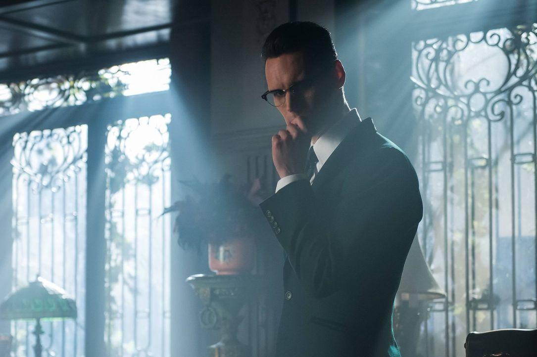 Ed (Cory Michael Smith) möchte seine Beziehung zu Isabella beenden, damit sie in Sicherheit ist. Doch das endet tragischer als geplant ... - Bildquelle: Warner Brothers