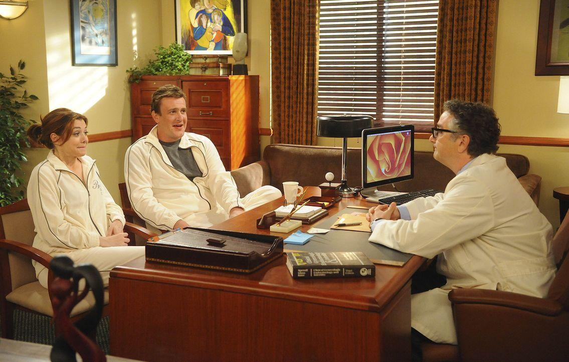 Dr. Mitchell Friedman (Paul Schackman, r.) hat eine Nachricht für Marshall (Jason Segel, M.) und Lily (Alyson Hannigan, l.), mit der sich nicht ger... - Bildquelle: 20th Century Fox International Television