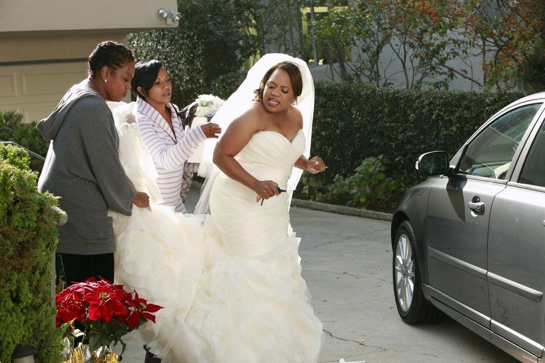 Während Bailey (Chandra Wilson, r.) kalte Füße bekommt, sagt Dereks Schwester Lizzie Meredith die Meinung ... - Bildquelle: ABC Studios