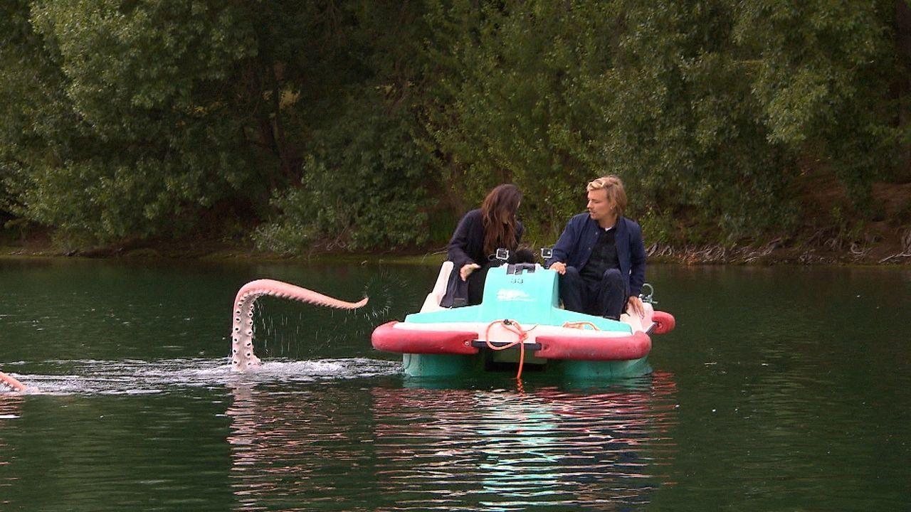 Eine gemütliche Tretbootfahrt? Nicht mit Jan Stremmel (r.)! Dieser TV-Streich jagd Lena Meyer-Landruth (l.) einen gehörigen Schrecken ein ... - Bildquelle: ProSieben