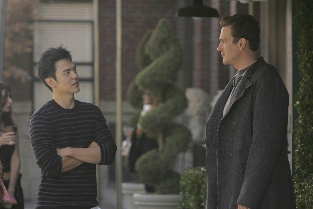 Während Barney eine schockierende Entdeckung macht, muss sich Marshall (Jason Segel, r.) überlegen, ob er ein Jobangebot von Jeff Coatsworth (John... - Bildquelle: 20th Century Fox International Television