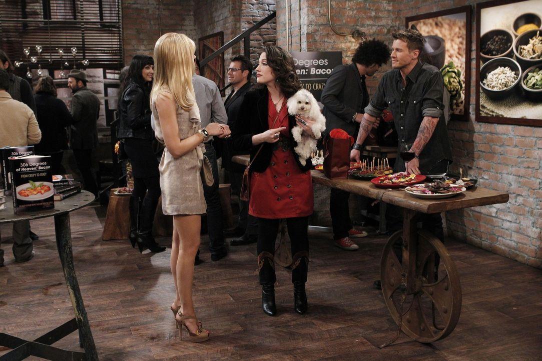 Auf der Party einer berühmten Food-Bloggerin können sich Max (Kat Dennings, M.) und Caroline (Beth Behrs, l.) wieder Aufträge für ihr angehendes... - Bildquelle: Warner Brothers