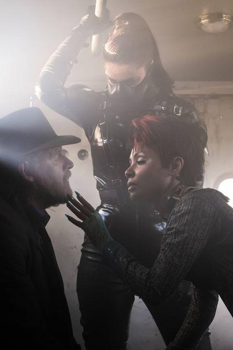 Fish Mooney (Jada Pinkett Smith, r.) sucht gemeinsam mit Nancy (Bianca Rutigliano, M.) Strange, um sich von ihm heilen zu lassen. Sie sieht nur eine... - Bildquelle: Warner Brothers