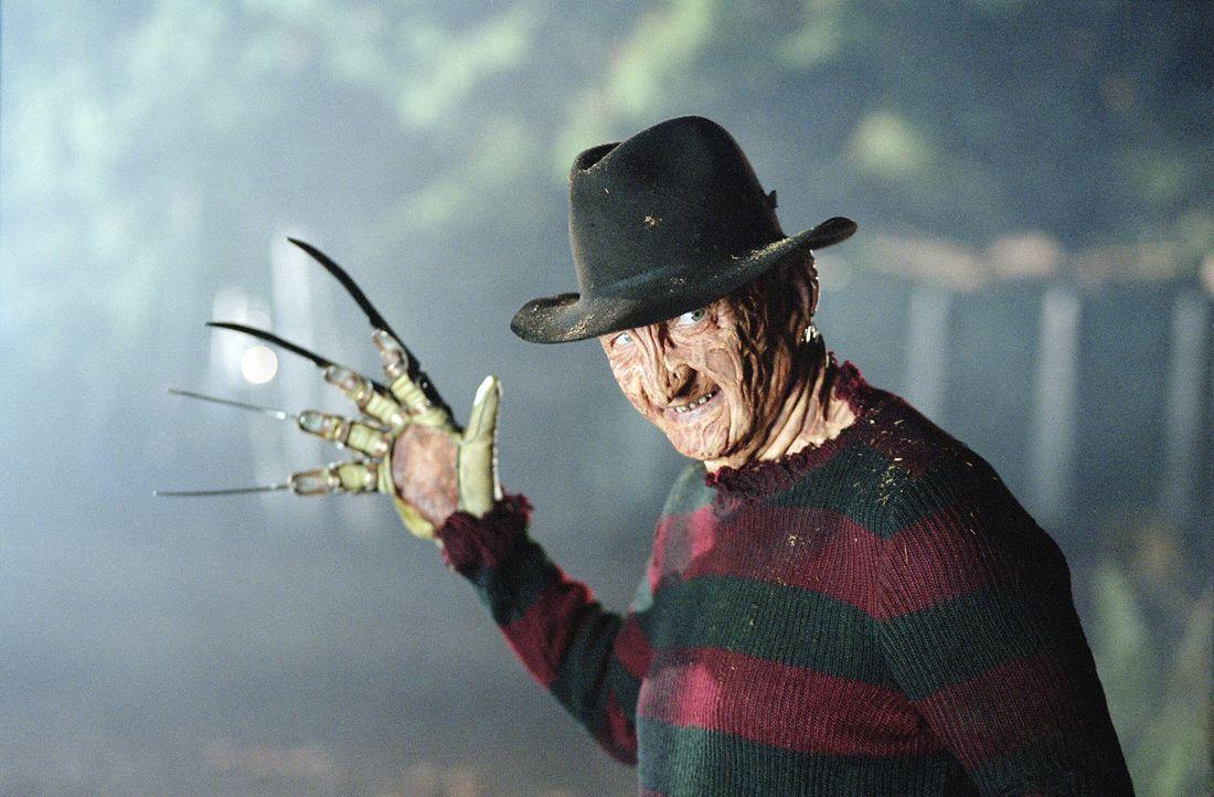 Da die Bevölkerung denkt, dass Freddy Krueger (Robert Englund) zurückgekehrt ist, ist der Messermann schnell wieder in aller Munde - angsterfüllt... - Bildquelle: Warner Bros. Pictures