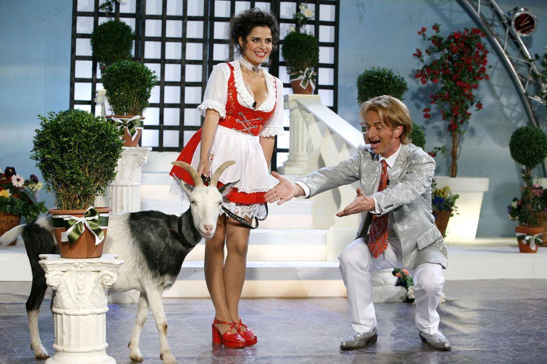 Florian Silbereisen (Michael Kessler, r.) begrüßt seinen tierischen Gast, der von einer hübschen Dame (Mona Sharma, l.) hereingeführt wird, auf... - Bildquelle: ProSieben