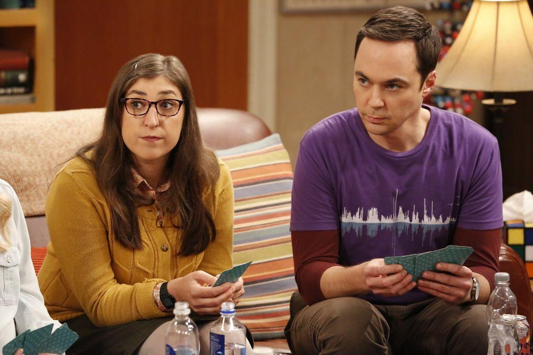 Amy (Mayim Bialik, l.) ist begeistert, dass Sheldon (Jim Parsons, r.) im Schlaf ganz entspannt und frei von Zwängen ist. Leider ist er, sobald er au... - Bildquelle: Warner Bros. Television