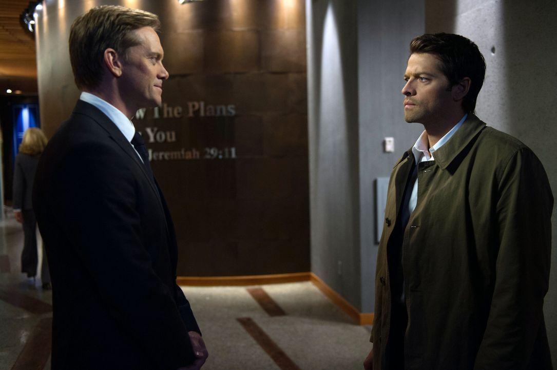 Bartholomew (Adam Harrington, l.) hat ganz besondere Pläne mit Castiel (Misha Collins, r.), aber lässt sich Castiel wirklich auf den skrupellosen En... - Bildquelle: 2013 Warner Brothers