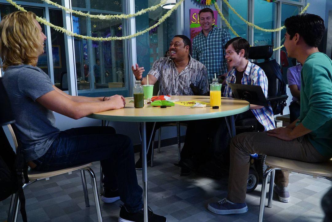 Zusammen mit Kenneth (Cedric Yarbrough, 2.v.l.) findet JJ (Micah Fowler, 2.v.r.) neue Freunde. Doch dann sorgt Maya mit einer besonderen Aktion unab... - Bildquelle: 2016-2017 American Broadcasting Companies. All rights reserved.