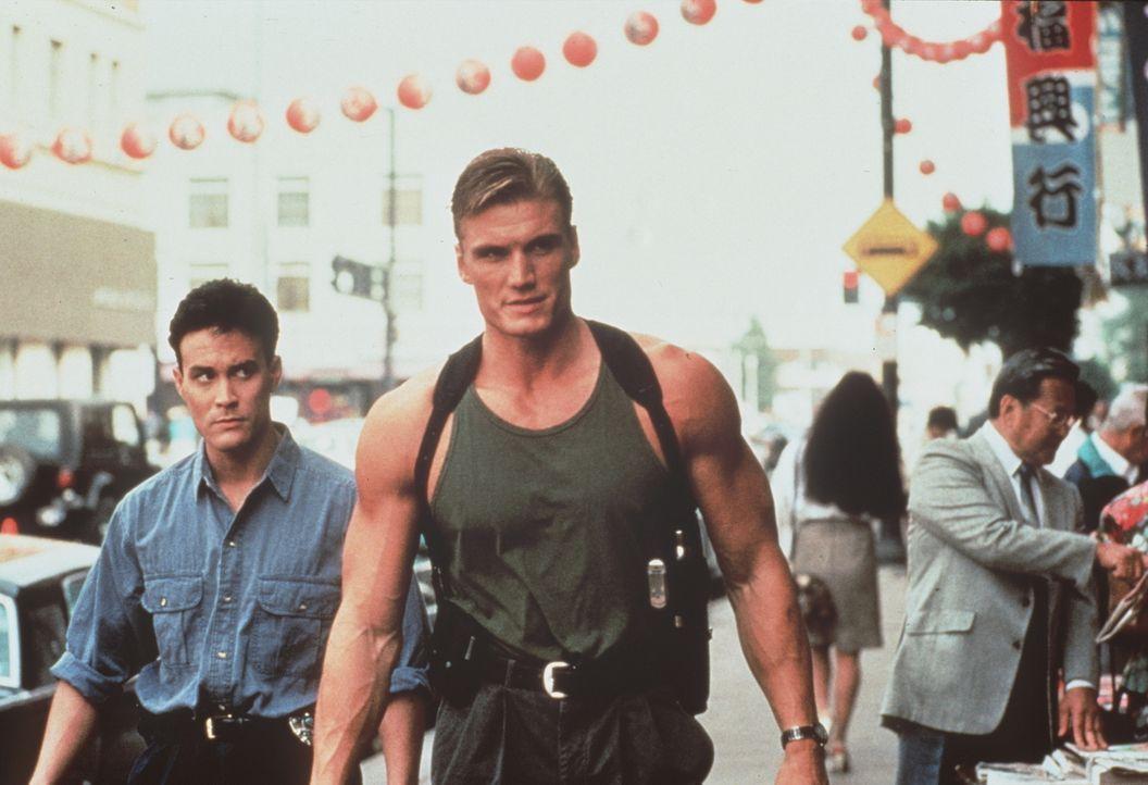 Johnny Murata (Brandon Lee, l.) kann mit den fernöstlichen Weisheiten seines neuen Partners Chris (Dolph Lundgren, r.) nichts anfangen. Sein Interes...