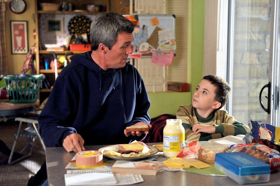 Brick (Atticus Shaffer, r.) hat einen ganz besonderen Geburtstagswunsch: Er möchte, dass ihm Mike (Neil Flynn, l.) und Frankie die wahre und peinlic... - Bildquelle: Warner Brothers