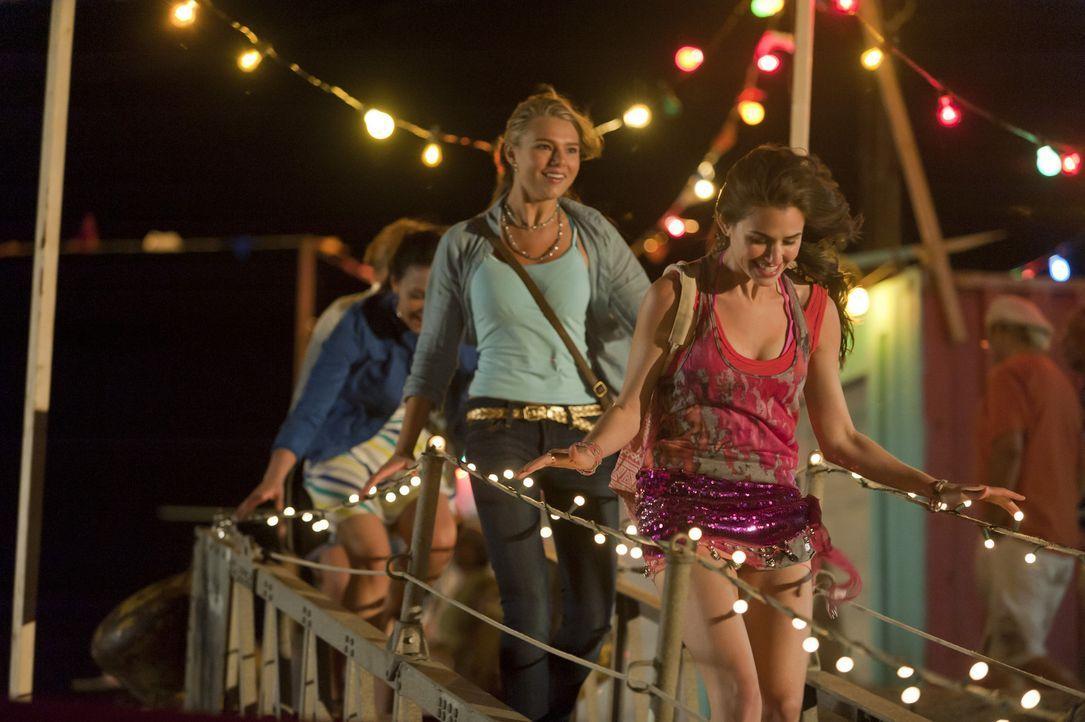 Noch ahnt Emma (Indiana Evans, l.) nicht, dass sie schon bald eine lange Zeit auf einem einsamen Eiland verbringen muss - mit einem Jungen, den sie... - Bildquelle: 2012 Sony Pictures Television Inc. All Rights Reserved.