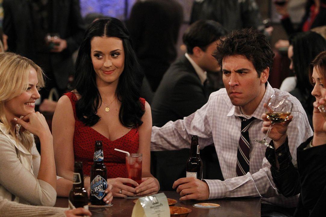 Zoey (Jennifer Morrison, l.) bietet Ted (Josh Radnor, r.) an, ihn mit ihrer Cousine Honey (Katy Perry, M.) zu verkuppeln. Es stellt sich jedoch hera... - Bildquelle: 20th Century Fox International Television