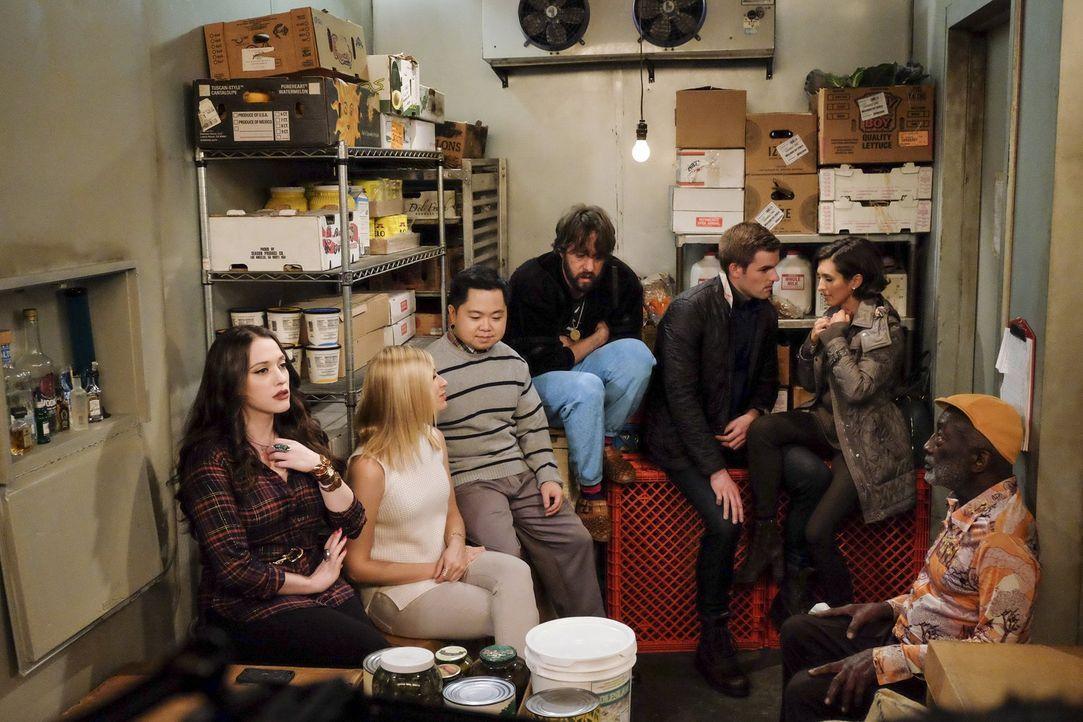 Als ein Hurrikane (v.l.n.r.) Max (Kat Dennings, Caroline (Beth Behrs), Han (Matthew Moy), Oleg (Jonathan Kite), Jason (Andrew Ridings), Winona (Indi... - Bildquelle: Warner Bros. Television