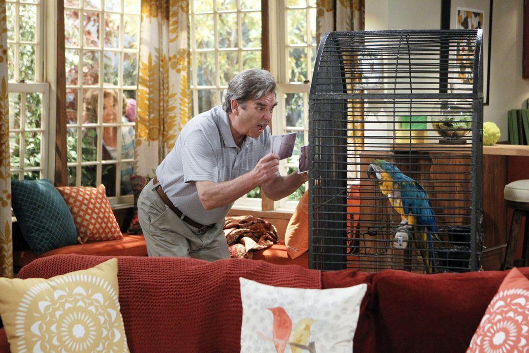 Jahre später taucht plötzlich Debbies und Nathans Papagei wieder auf. Tom (Beau Bridges) wagt erste Annäherungsversuche ... - Bildquelle: 2013 CBS Broadcasting, Inc. All Rights Reserved.