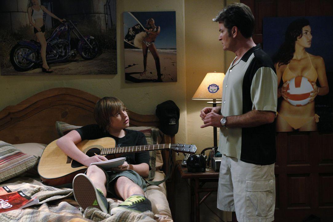 Jake (Angus T. Jones, l.) will seine vergraulte Freundin Celeste zurück haben und komponiert einen Liebessong für sie. Auch diesmal steht ihm Onke... - Bildquelle: Warner Brothers