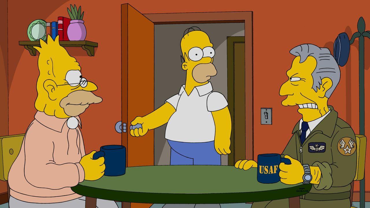 Zwischen zwei Männern, die sich hassen: Homer (M.) muss bei Grandpa (l.) und seinem ehemaligen General (r.) schlichten ... - Bildquelle: 2014 Twentieth Century Fox Film Corporation. All rights reserved.