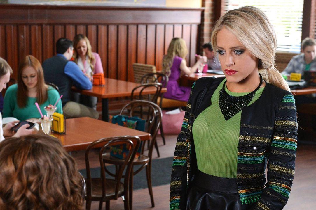 Verhält sich ganz seltsam Tessa gegenüber: Dalia (Carly Chaikin) ... - Bildquelle: Warner Brothers