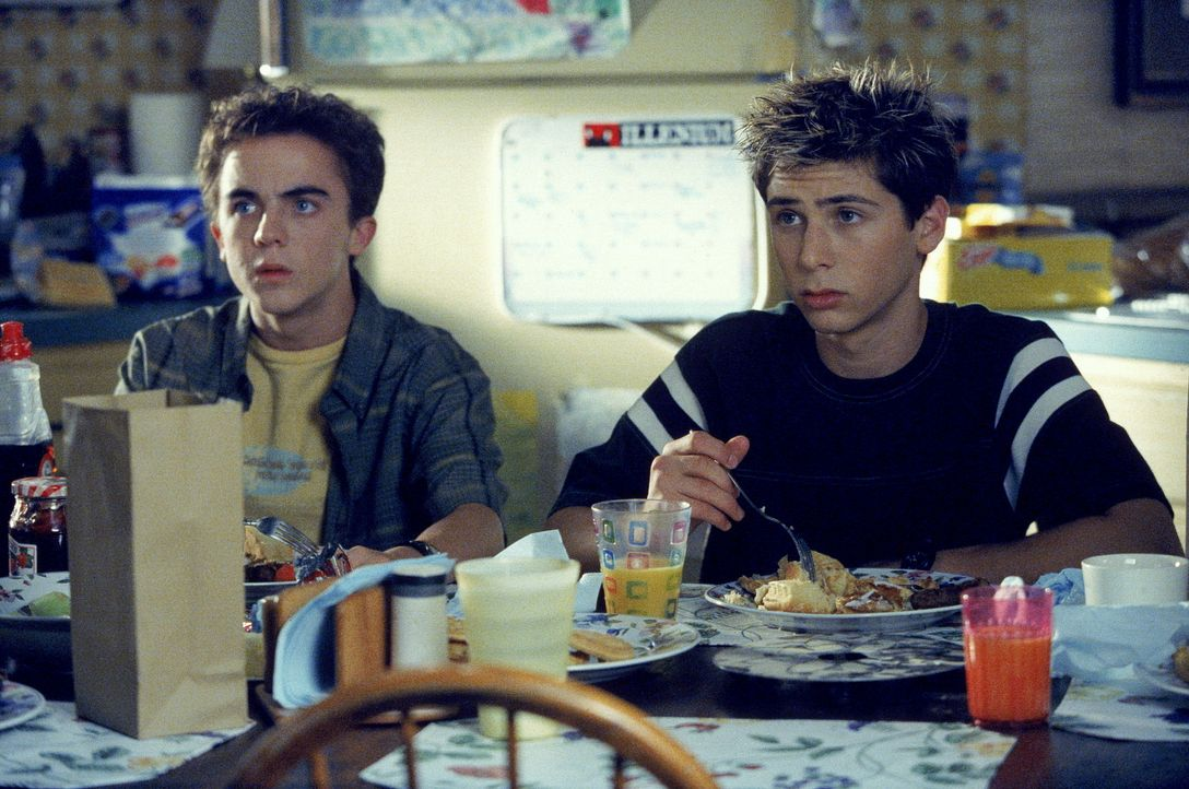 Malcolm (Frankie Muniz, l.) und Reese (Justin Berfield, r.) spitzen beim Frühstück alle Ohren, schließlich könnte es in der Unterhaltung ihrer E... - Bildquelle: TM +   Twentieth Century Fox Film Corporation. All Rights Reserved.