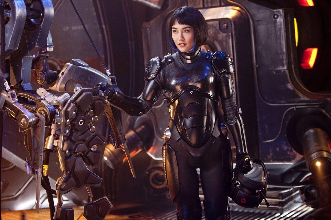 Mako Mori (Rinko Kikuchi) möchte als Jaeger-Pilotin in den Kampf gegen die außerirdischen Monster ziehen, doch ihr Adoptivvater Marschall Stacker Pe... - Bildquelle: 2013 Warner Bros. Entertainment Inc. and Legendary Pictures Funding, LLC