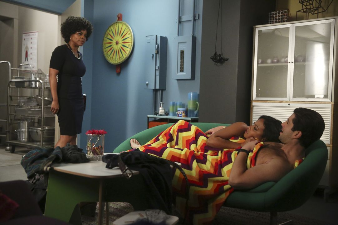 Sara (Christina Milian, 2.v.r.) und Gerald (Josh Peck, r.) bekommen von Jimmy eine Abstellkammer in seinem Restaurant als Büro zur Verfügung gestell... - Bildquelle: Jordin Althaus 2016 ABC Studios. All rights reserved.