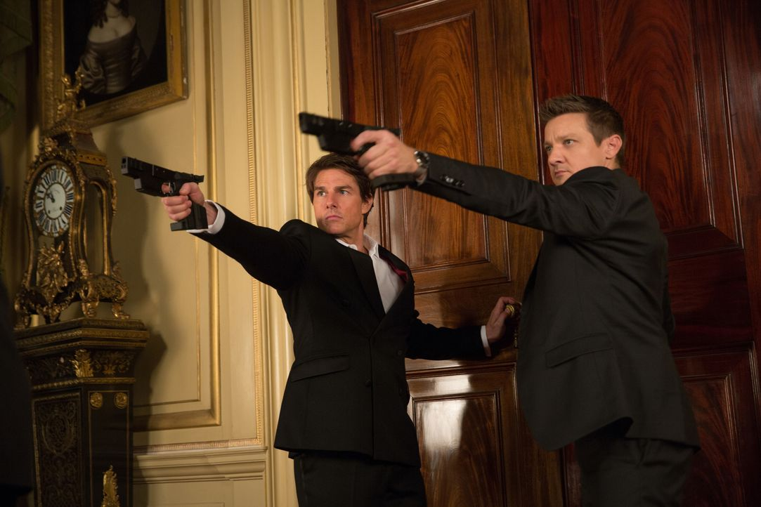 Geraten ins Schussfeuer: William Brandt (Jeremy Renner, r.) und Ethan Hunt (Tom Cruise, l.) ... - Bildquelle: David James 2015 PARAMOUNT PICTURES. ALL RIGHTS RESERVED.