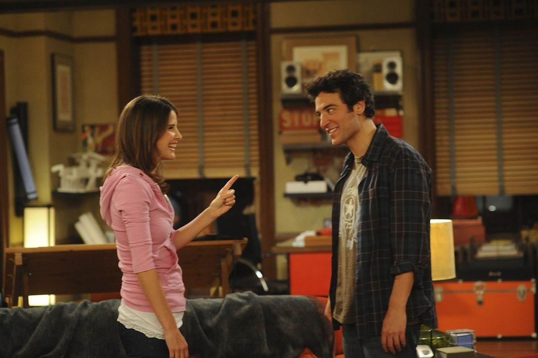 Seit Robin (Cobie Smulders, l.) und Ted (Josh Radnor, r.) zusammen leben, streiten sie sich am laufenden Band. Um den Streitigkeiten aus dem Weg zu... - Bildquelle: 20th Century Fox International Television