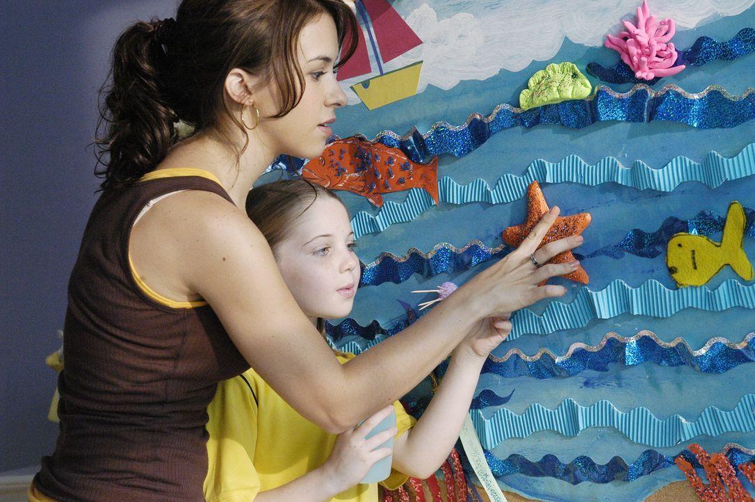 Langsam wachsen Olivia (Lacey Chabert, l.) und Klein-Celia (Sammi Hanratty, r.) zusammen und die junge Studentin nimmt freudig ihre Mutterpflichten... - Bildquelle: ABC Family