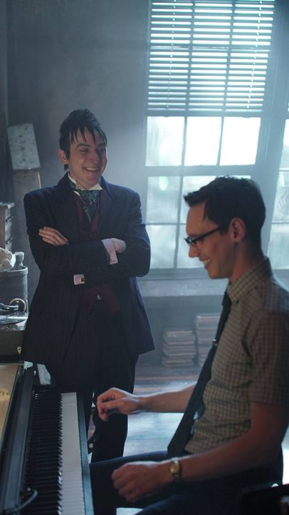 Sind inzwischen Freunde geworden: Edward Nygma (Cory Michael Smith, r.) und Penguin (Robin Lord Taylor, l.) ... - Bildquelle: Warner Brothers